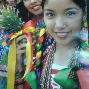 Muchacha oaxaqueña con traje típico
