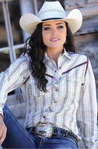 Mujer vestida con sombrero, cinturón, pantalones y camisa vaqueros