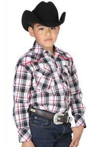 Niño vestido con sombrero, cinturón, pantalones y camisa vaqueros