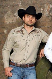 hombre con sombrero de piel y camisa vaquera